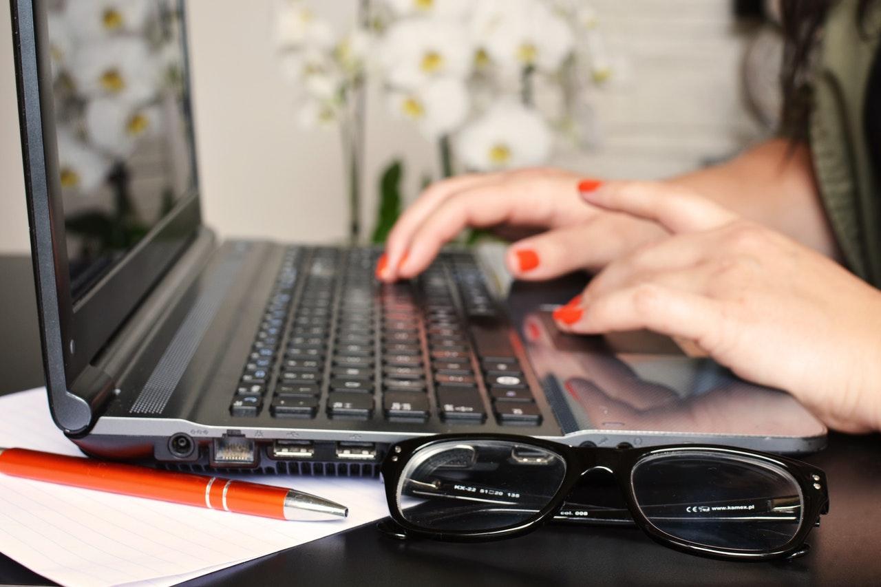 Dame laver vedligeholdelsesplan på sin computer