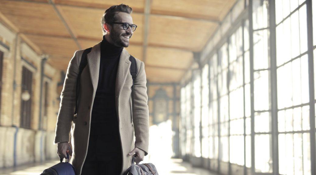 Mand går igennem lufthavn