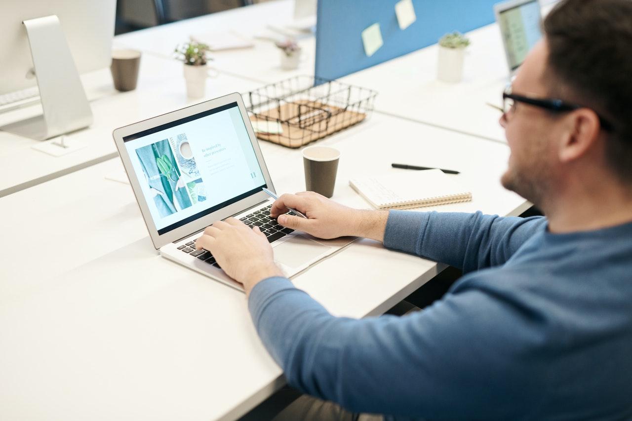 Mand sidder og arbejder med sin computer