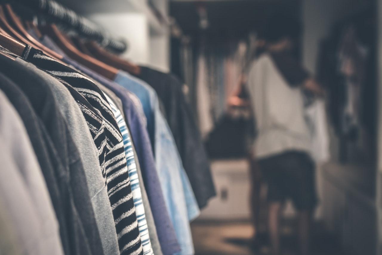 Person har knager fyldt med tøj