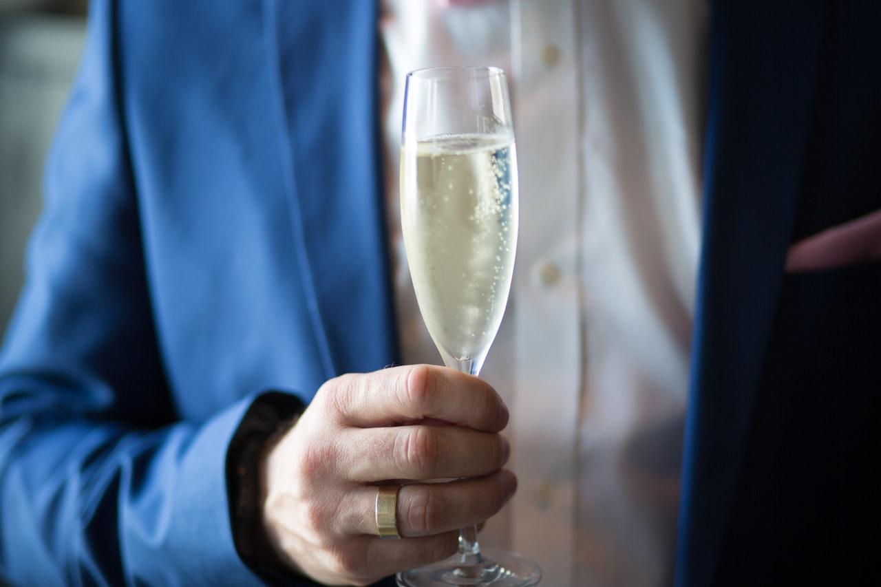 Person holder champagneglas i hånden